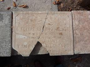 Lápida existente en el cementerio de Sigüenza. Está fragmentada, careciendo de uno de los pedazos.