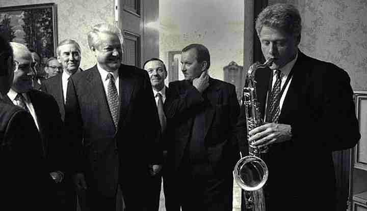 Bill Clinton seranades Boris Yeltsin
