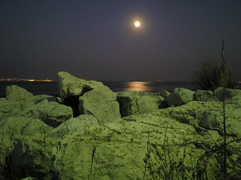 A lua sobre o Tejo