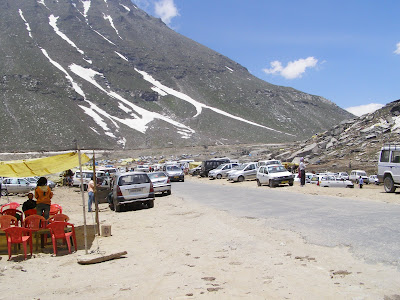 Rohtang Jot - A veritable ecological disaster with traffic jams, tourists and the pollution which