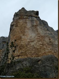 Monolito visto desde la base - ruta santuario de San Quiriaco - Echauri