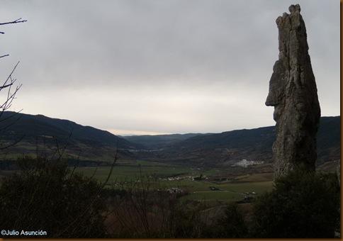 Monolito y vistas del valle - ruta santuario de San Kiriko