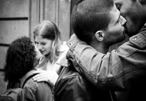 Ativistas promovem beijaco em shopping para protestar contra abuso de segurancas