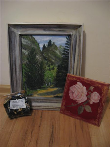 malowany krajobraz górski i podkładka pod kubek oraz aromatyzowana herbata