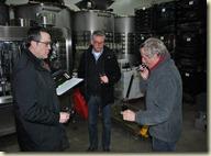 Patrice Rion laat Tjitse (Den Haag) en Ernst (Leiden) een vatmonster proeven.