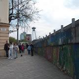 Cyklopruh na Rybnom námestí vyúsťuje do priechodu medzi budovou Bibiany a masívnou nájazdovou rampou na Staromestskú ulicu.