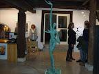 Kunstkabinett; rechts die Galeristin im Gespräch