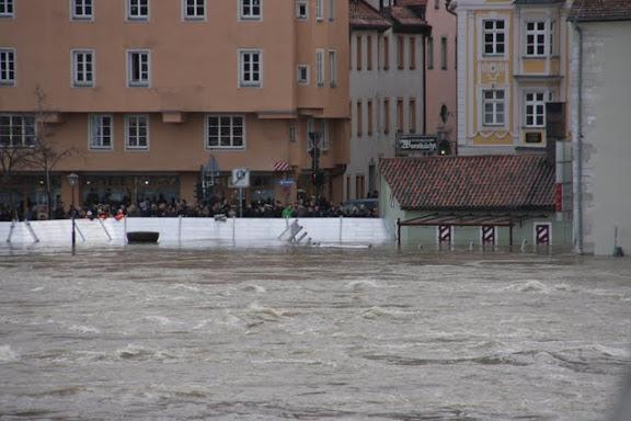 http://lh5.ggpht.com/_uzLsIJX7LLU/TTH8EytMdbI/AAAAAAAACv8/5GISYvhp7-Q/s576/regensburg-hochwasser-15012011IMG_1681.jpg