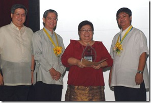 Ms. MRJ Luhan (2nd from right) receives the award  from (L-R) BAR Director Nicomedes Eleazar, IRRI Operations and Support Services Deputy Director General Dr. William Padolina; and DA Assistant Secretary Preceles Manzo