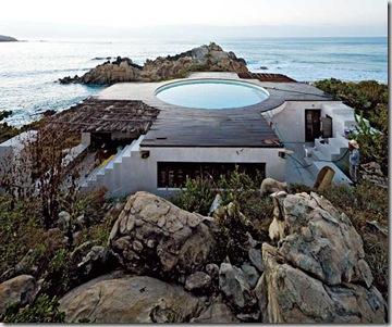 La casa è localizzata a Roca Blanca, nello stato di Oaxaca, sulla costa del Pacifico in prossimità di Puerto Escondido