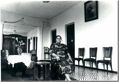 Mme Patterson,'née' De Medeiros, no salão do seu sobrado em Porto Novo, 1994.