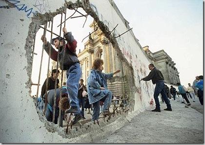 Röhrbein, Uno dei valichi praticati nel Muro dopo l'apertura delle frontiere e la caduta del regime comunista della DDR il 9 novembre 1989, 11 novembre 1989 - © Röhrbein - Ullstein Bild - Archivi Alinari