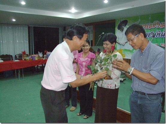 ประธาน มอบดอกไม้