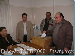την ώρα που ψηφίζει ο πρόεδρος του Δ.Δ.Στενημάχου κ. Χρήστος Αλματζής