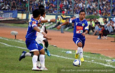 Persib Bandung Berita Online | simamaung.com » Foto Persib vs Persiwa 2009/2010