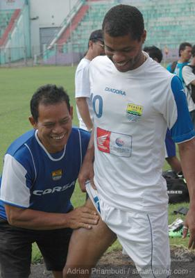 Persib Bandung Berita Online | simamaung.com » Foto Uji Lapang Persik vs Persib 2009-2010