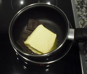Possem la xocolata i la mantega al bany Maria