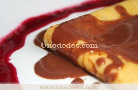 Crepes con salsa de chocolate al ron y coulis de frutos rojos