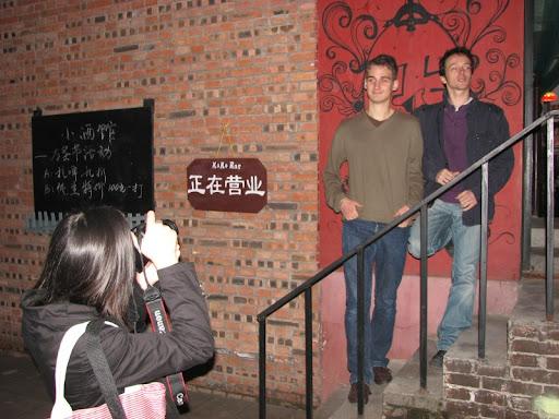 Florian et Ludo posent pour une chinoise