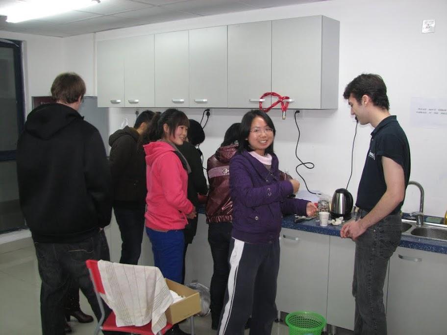 Julien donne des cours de cuisine.