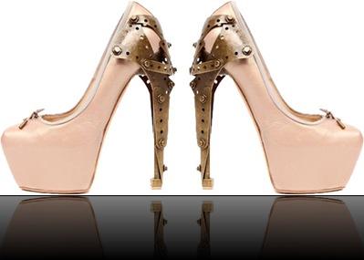 31.01.2010-Novos-sapatos-de-McQueen-revelam-se-na-tendência-Glam-Rock-Domínio-da-Moda