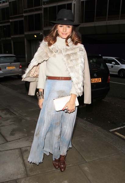 City star Olivia Palermo poses up outside oT1EeBqDxAzl