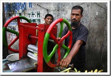 Sugarcane_juice_vendors,_Dhaka