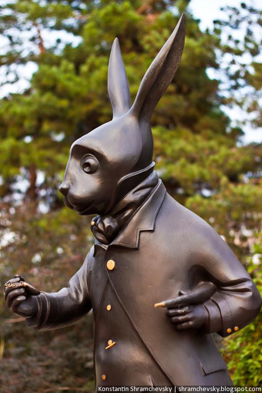 США Колорадо Денвер Энглвуд Самсон Парк Кролик Часы Перчатки Алиса в Стране Чудес Зазеркалье
