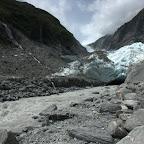 Franz-Josef-Gletscher entlässt einen reissenden Fluss