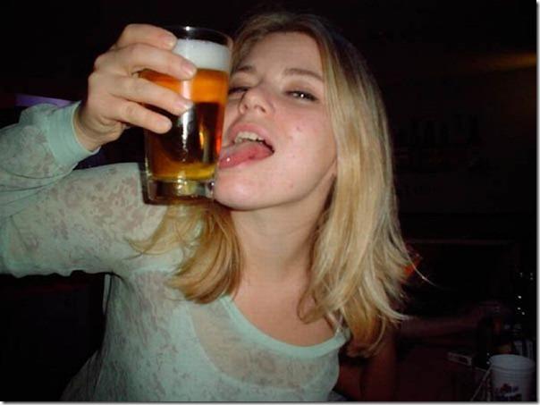 Garotas bebendo cerveja de forma estranha (5)