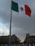 A  Mexico City, le Zocalo et son drapeau immense