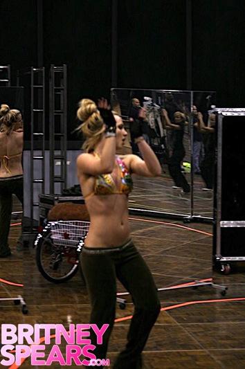 britney-spears-bikini-dance-05