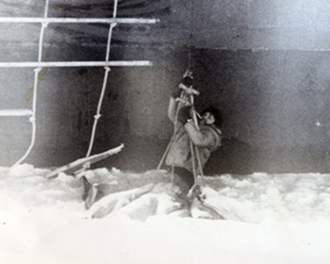 Paul-Watson-sendo-retirado-do-mar-congelado