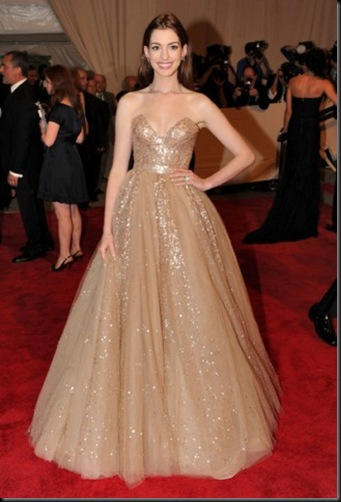 anne-hathaway-and-valentino-custom-long-dress-gallery