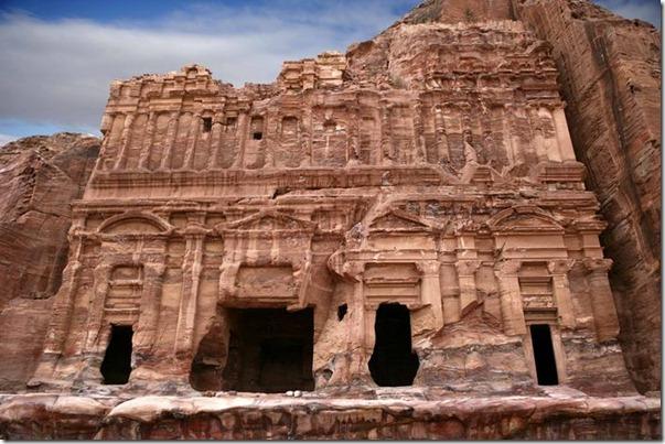 tumba palacio y cresteria derruida