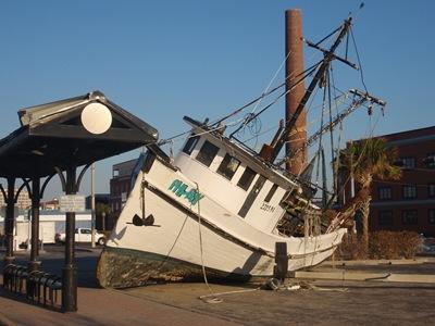 Quando barcos deste tamanho chegam às ruas, percebe-se o quanto subiu o nível das águas.
