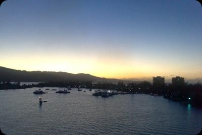 Pôr-do-sol na baía de Montego Bay, com o Conquest lentamente a manobrar a caminho de Grand Cayman