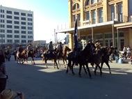 A cavalaria ia à frente, a tocar aquelas cornetas fixolas!