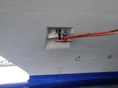 Olhem só o tamanhinho daqueles dois gajos a pintarem a âncora do Destiny no porto de Miami