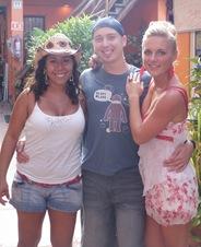 Até a namorada me tira fotos agarrado a gajas boas! Com as minhas mexicana e polaca preferidas! Quem é quem?