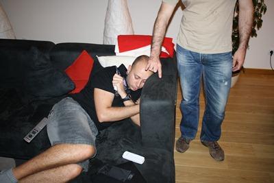 Uma pessoa cansada da viagem e ainda tem de ser humilhado enquanto repousa... não há respeito!