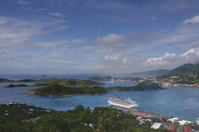 Vista da baía onde atracamos em St Thomas. Para os cromos da fotografia, esta é uma versão HDR.