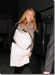 Blake_Lively_at_LAX_Airport_-_September_18_2009_3-748x1024