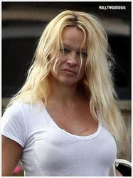 Pamela Anderson sin maquillaje y con pancita: ¿sexy o no?