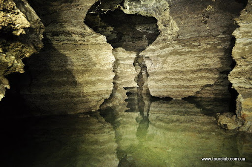 Підземне озеро в печері золушка