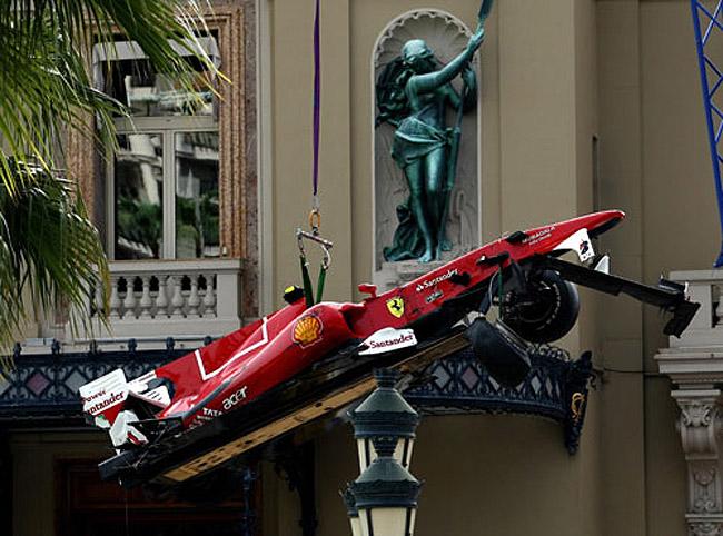 болид Ferrari Фернандо Алонсо эвакуируют с трассы во время субботней сессии свободных заездов на Гран-при Монако 2010