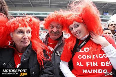 болельщики в красных париках на Гран-при Испании 2010