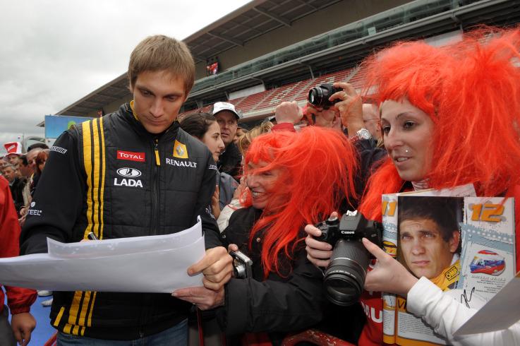Виталий Петров дает автографы болельщицам
