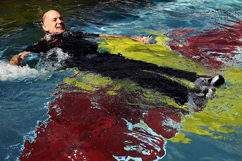 Эдриан Ньюи в бассейне после победы на Гран-при Монако 2010