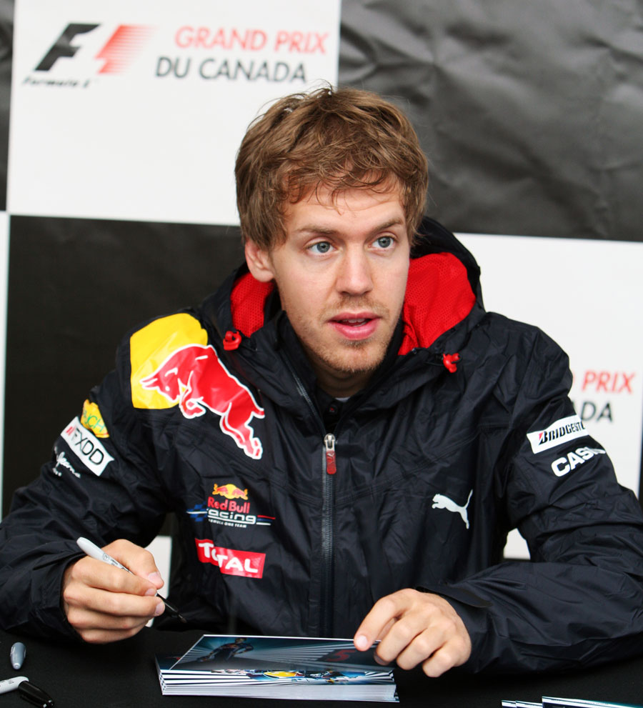 Себастьян Феттель на раздаче автографов на Гран-при Канады 2010